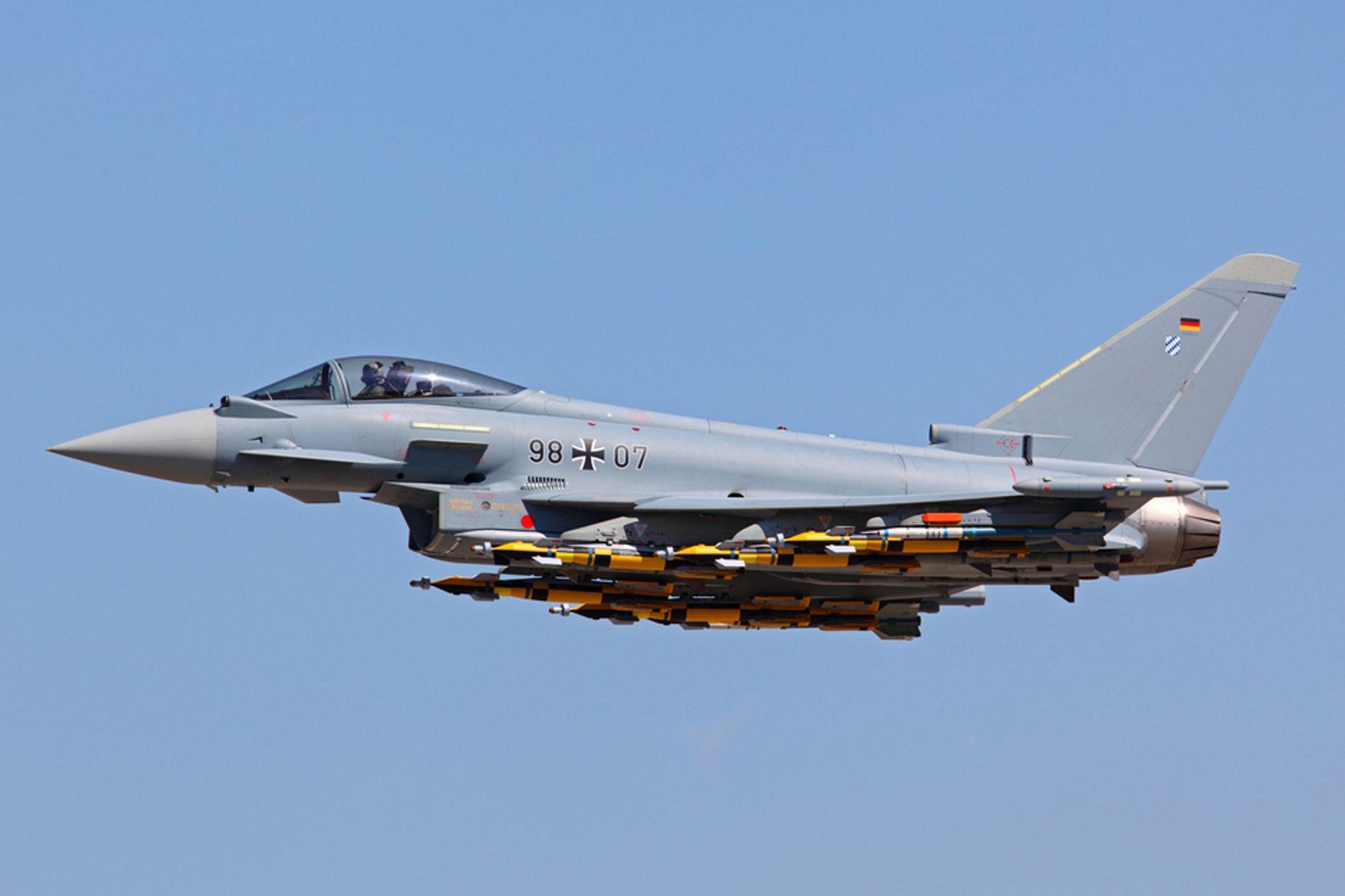 Et tungt bestykket tysk Eurofighter Typhoon med seks laserstyrte bomber (LGB), fire AMRAAM og to sidewindere under deltavingene.