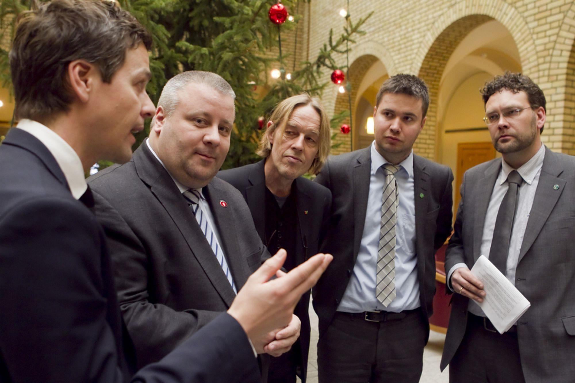 UKLOKT: Det er uklokt å presse gjennom et vedtak om datalagringsdirektivet nå, mener de fem politikerne (f.v) Knut Arild Hareide (KrF), Bård Hoksrud (Frp), Hallgeir Langeland (SV), Geir Pollestad (Sp) og Helge Solum Larsen (V).