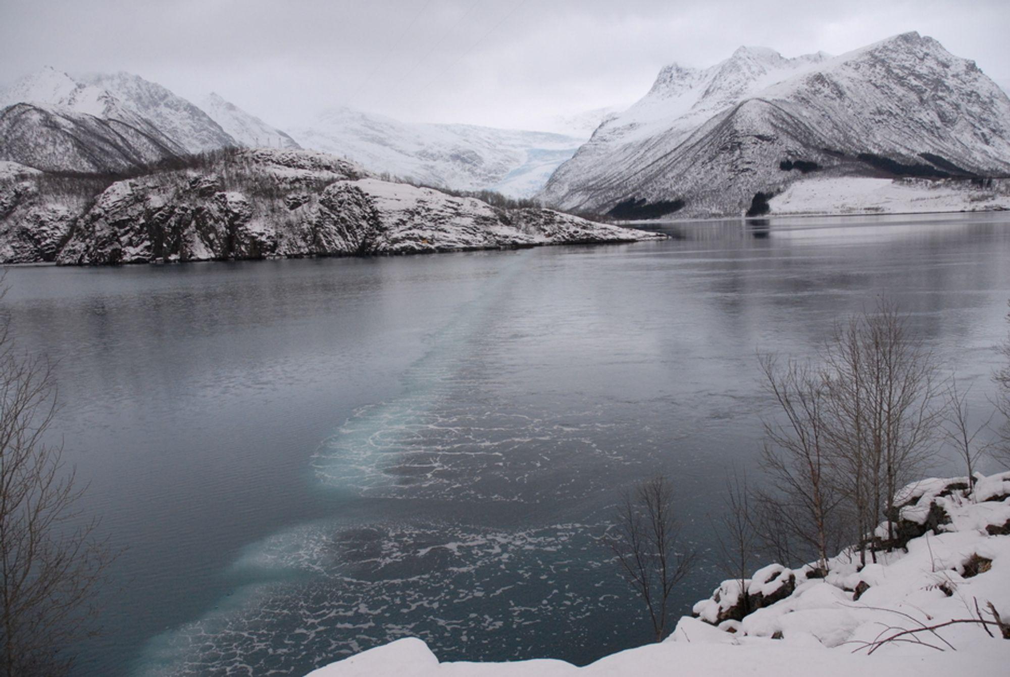 BOBLEBAD: Fjorden ved Svartisen kraftverk holdes isfri ved hjelp av et nytt bobleanlegg.