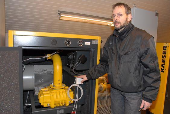 Prosjektleder Rune Mortensen fra Kaeser Kompressorer AS viser fram Statkrafts nye bobleanlegg ved Svartisen.