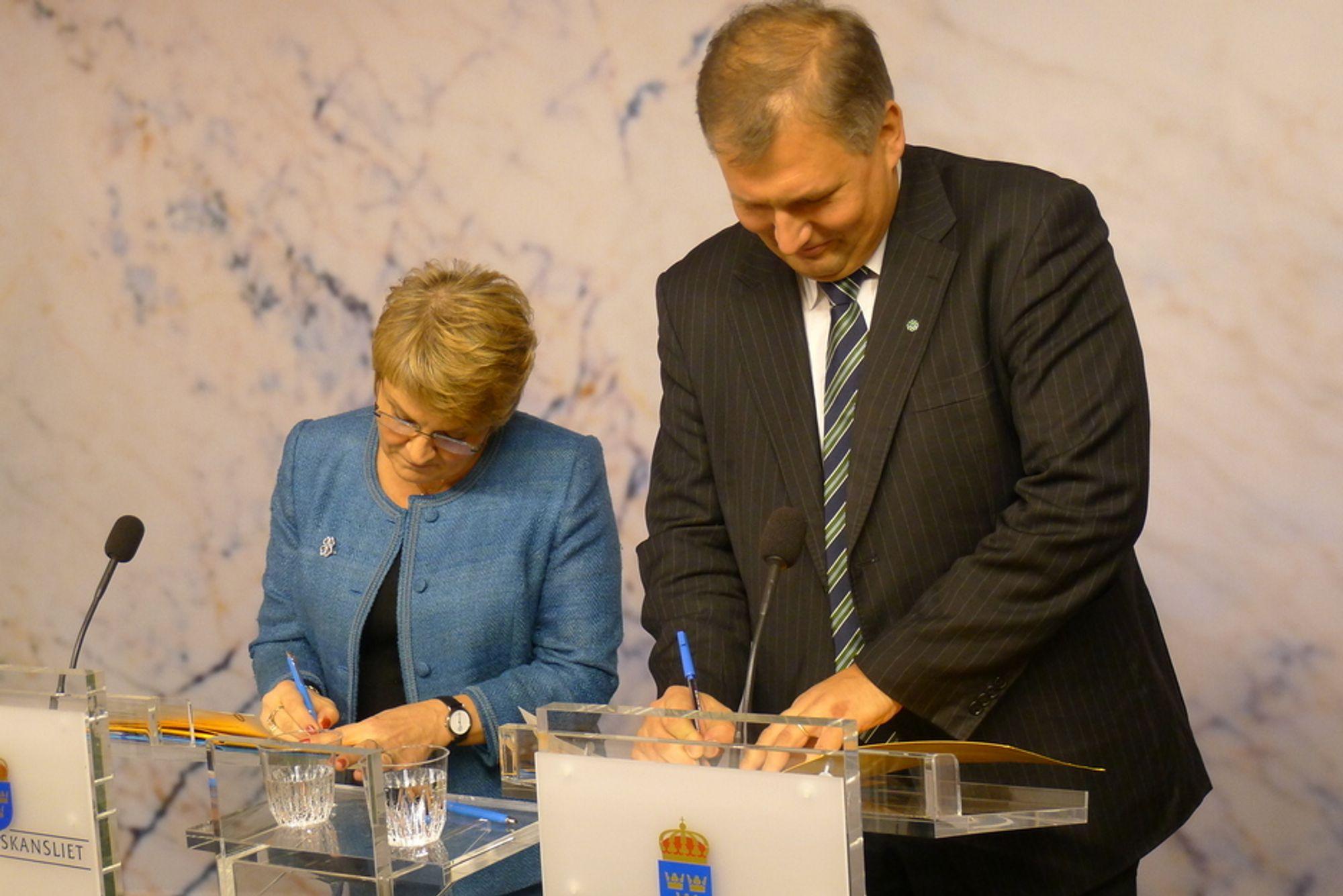 ENIGE OM GRØNNE SERTIFIKATER: Næringsminister Maud Olofsson og olje- og energiminister Terje Riis-Johansen signerte i dag en protokoll om et felles norsk-svensk marked for elsertifikat.