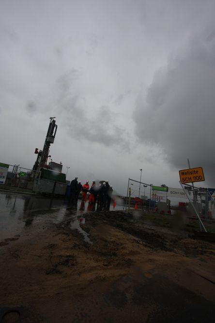 DELT OLJEFELT: På tysk side står gamle oljepumper, mens nederlenderne bygger ut med moderne borerigger på Schoonebeck-feltet.