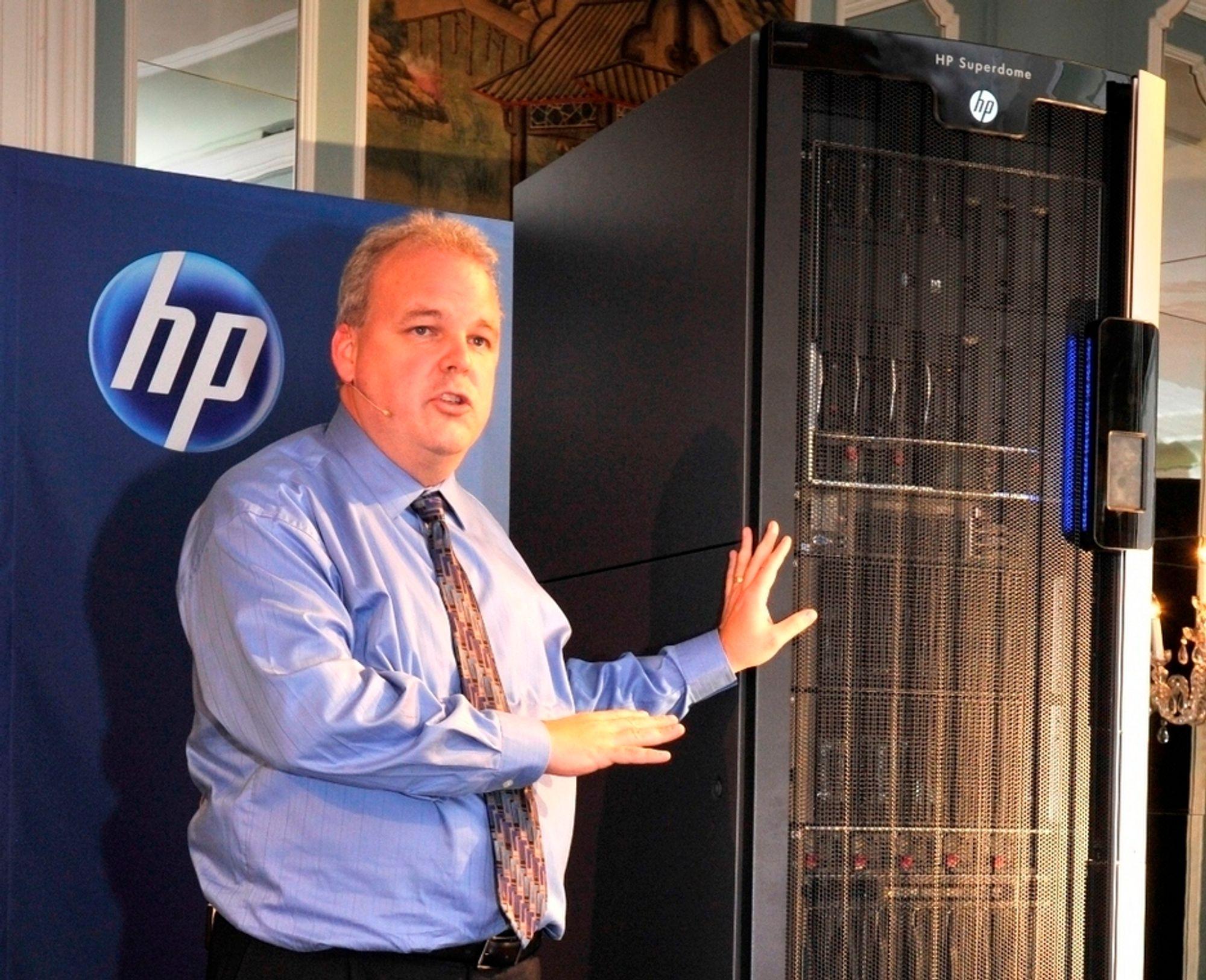 SAMLET: Martin Fink, sjef for forretningskritiske systemer hos HP opplyser at Super Dome 2 bruker halvparten så mye energi som forgjengeren og bare trenger halvparten av plassen.
