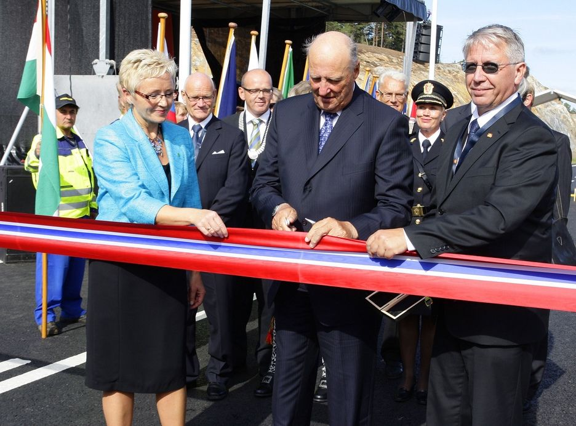 SISTE: Sammen med daværende samferdselsminister Liv Signe Navarsete og vegdirektør Terje Moe Gustavsen åpnet Kong Harald det tredje og siste OPS-prosjektet i august i fjor. Det er strekningen Grimstad - Kristiansand.