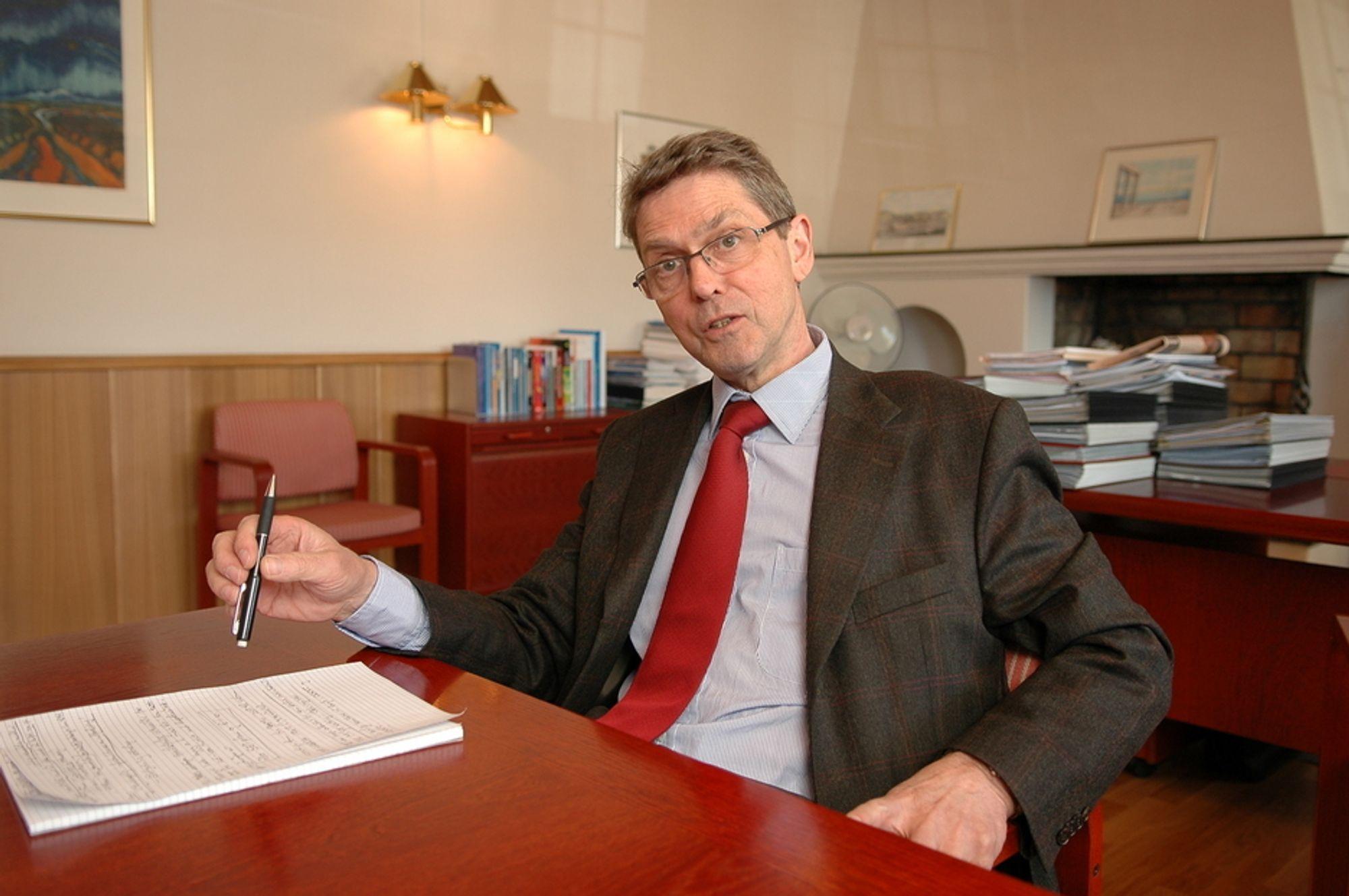 - Vi må skille mellom profesjonsutdanning og forskning. Det bør være mulig å tilby en tilfredsstillende profesjonsutdanning uten at det skal måtte skje ved et universitet, sier avtroppende IFE-direktør Kjell Bendiksen.