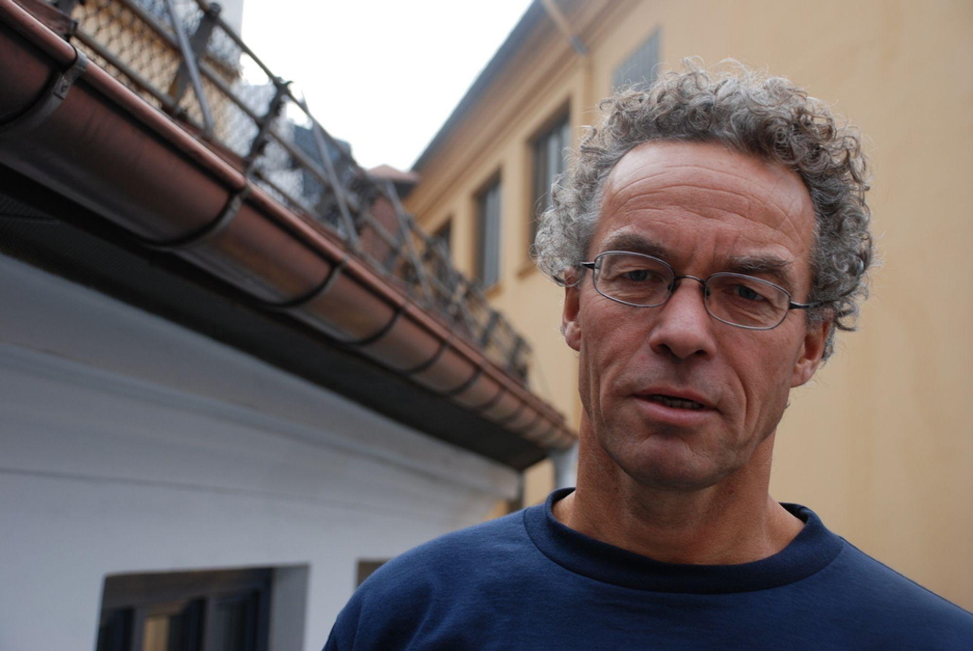 MÅ FØLGE MED I TIMEN: - Det norske dekkgjenvinningssystemet var et kjempeframskritt da det kom. Nå tyder ting på at verden har kommet videre, sier Rasmus Hanson, generalsekretær i WWF.