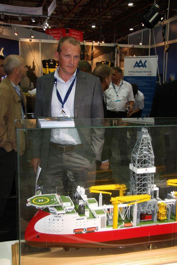 NYVINNING: Kenneth Fjeld fra Ulstein Marine Services bak modellen av Ulstein XDS 3600, som ble vist fram på ONS i Stavanger.