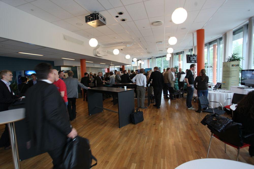 Mellom slagene i konferansesalen på SMIT-konferansen er pågangen på standene til de ulike ultralydproduktene utviklet ved eller utspunnet fra SINTEF, stor.