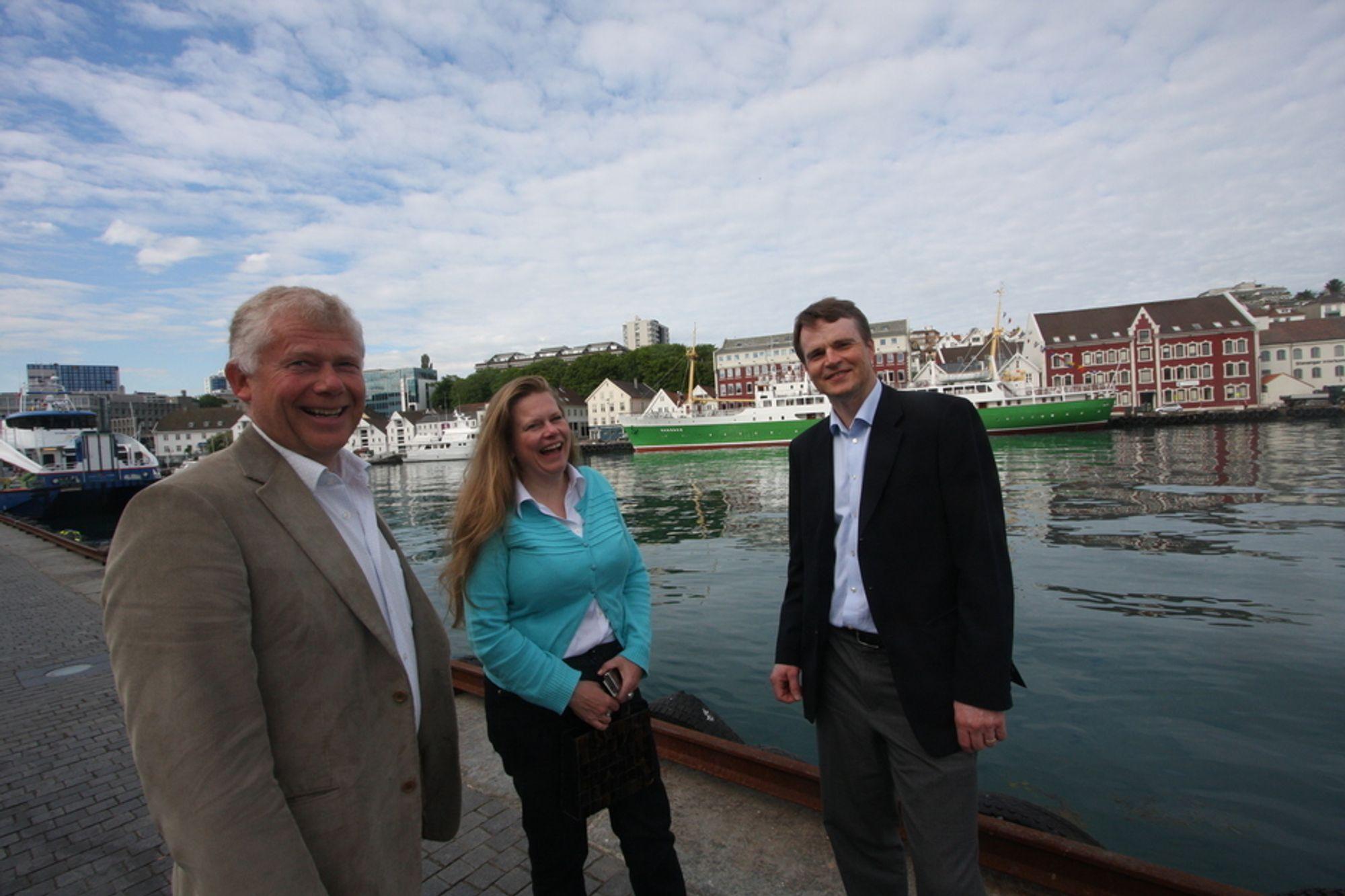 BORER FORT: Steinar Berg, direktør for brønndivisjonen, kommunikasjonssjef Torund D. Bryhn og administrerende direktør Sjur Talstad er strålende fornøyde etter fullføringen av brønn nummer 400.