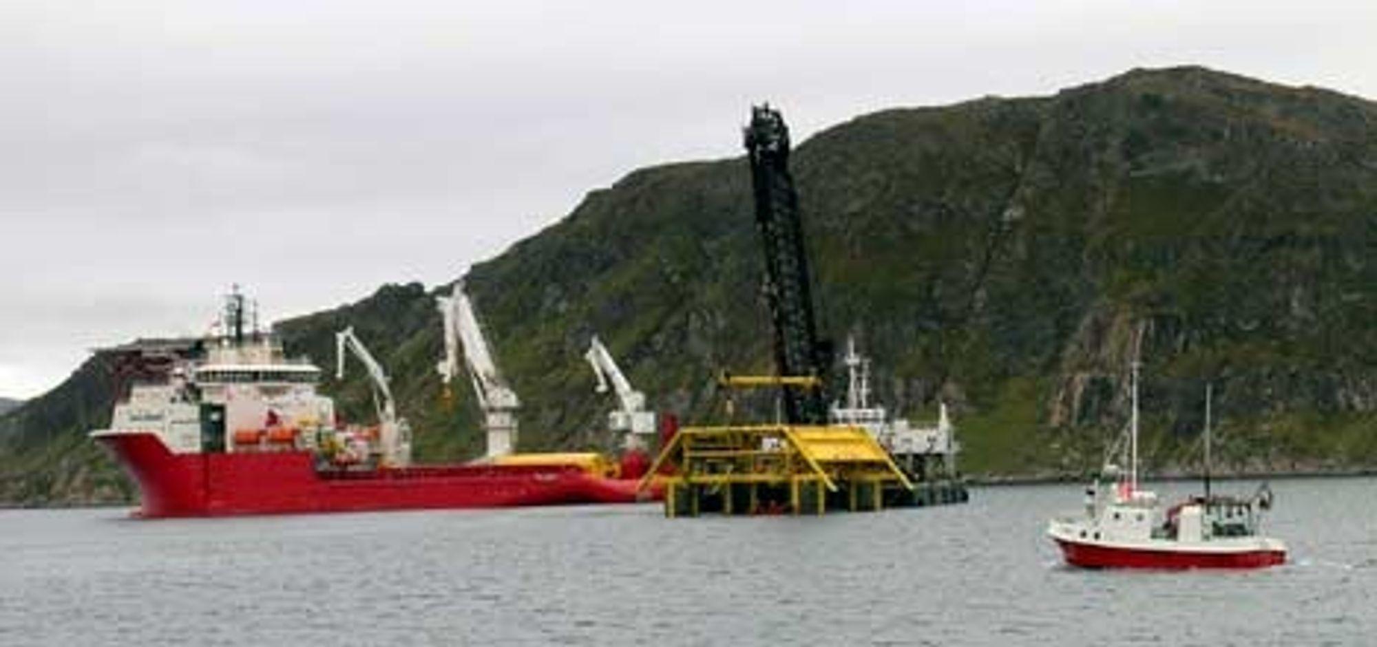 TIL BUNNS: De første undervannsrammene er på plass. ABB Offshore Systems har levert de første bunnrammene fra verkstedet i Eydehavn. De er nå satt på plass på feltet utenfor Hammerfest. Aker Marine Contractors gjennomførte en vellykket operasjon i begynnelsen av juni.
