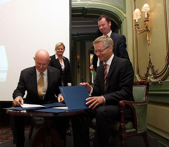Bob Bolz (t.v) fra Lockheed Martin og Harald Ånnestad fra Kongsberg Defence Systems undertegner den siste F-35-kontrakten med statssekretærene Rikke Lind fra Næringsdepartementet og Roger Ingebrigtsen fra Forsvarsdepartementet som tilskuere.