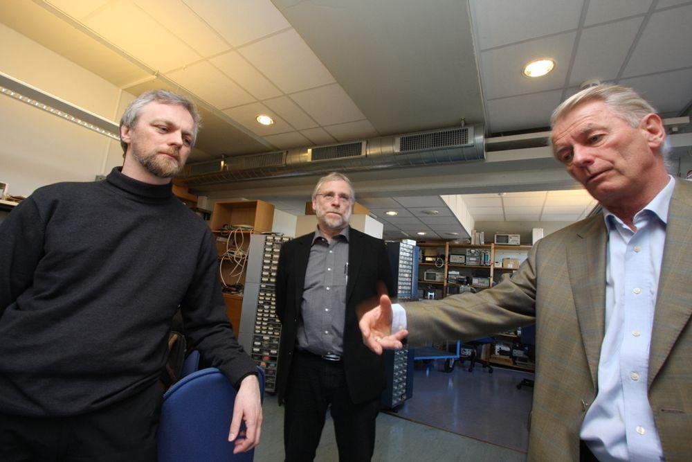Kai Hansen (t.h) og Dagfin Brodtkorb (t.v), fra ABB har ansvar for et nytt europeisk forskningsprosjekt. Professor Birger Møller-Pedersen, UiO , er eneste norske samarbeidspartner.