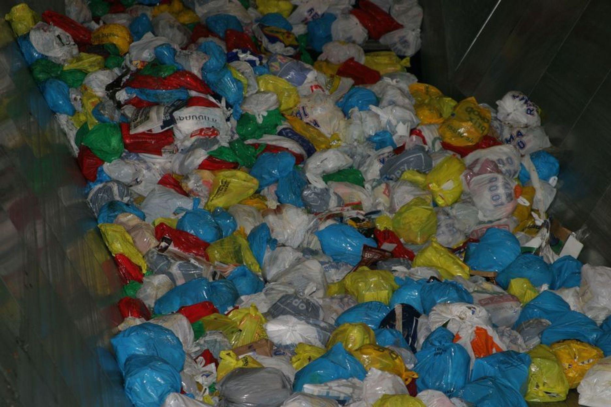 TIL SVERIGE: Med søppel skal landet varmes, sier svenskene. Nå går store mengder norsk søppel til svenske fjernvarmeanlegg. Statsråd Terje Riis-Johansen er åpen for å se på norske avgifter på nytt i revidert nasjonalbudsjett. For sent, mener opposisjonen.