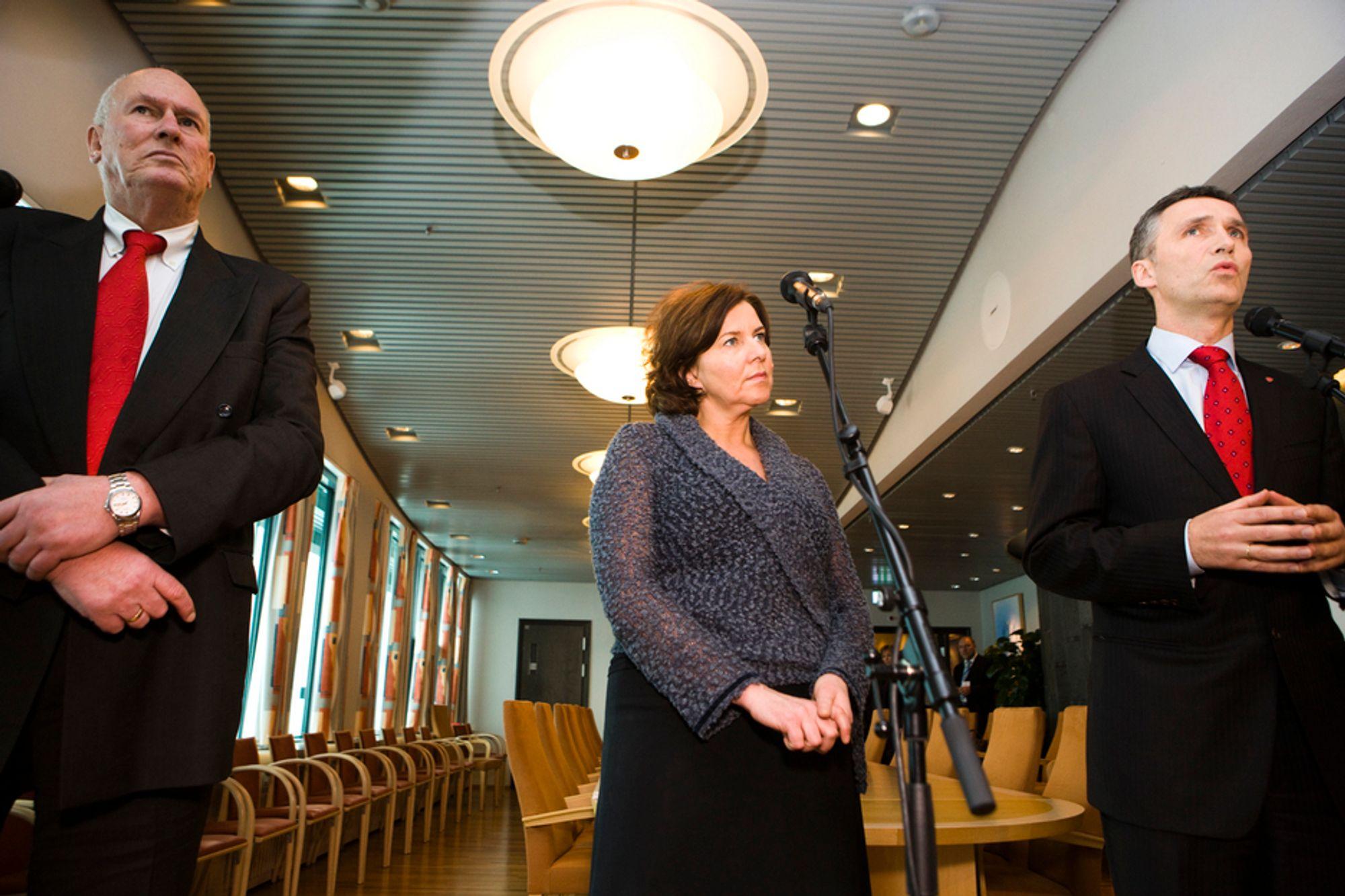 LO-leder Roar Flåthen, arbeidsminister Hanne Bjurstrøm og statsminister Jens Stoltenberg ga sine reaksjoner på sykefraværsrapporten på statsministerens kontor i dag.