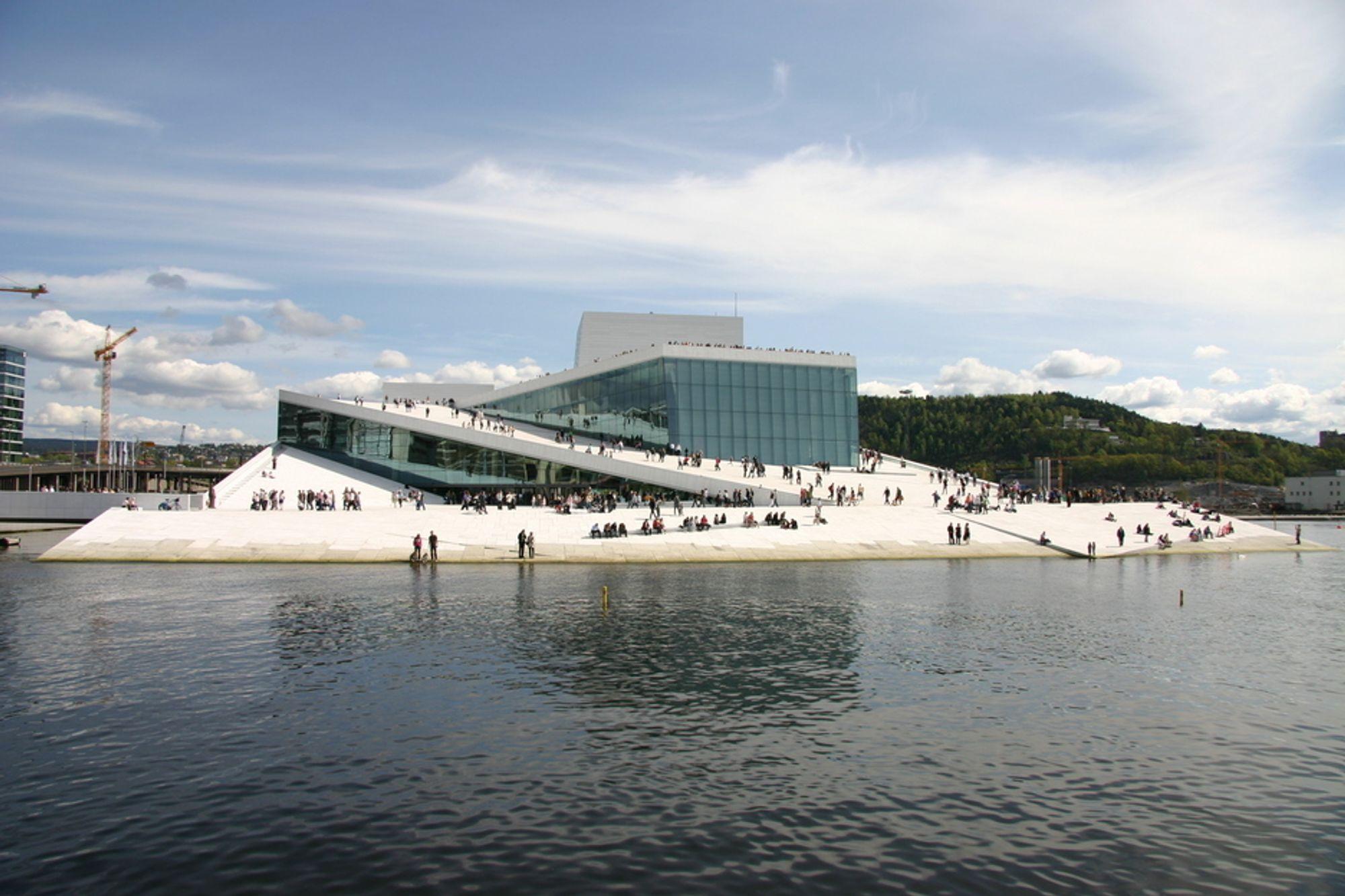 """SYMBOLSK: Operaen i Bjørvika skrur av lyset under """"Earth Hour"""". Men kampanjen får bokstavelig talt liten effekt, for lys er en marginal del av nordmenns energiforbruk. Hafslund tror elnettet takler lyseslokkerne greit."""