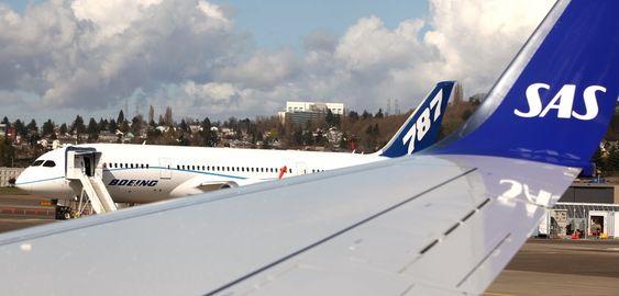 Om noen år er det kanskje mulig å se Boeing 787 (i bakgrunnen) med SAS-dekor? Dreamlineren er i hvert fall blant flyene som SAS vurderer som nye langdistansefly.