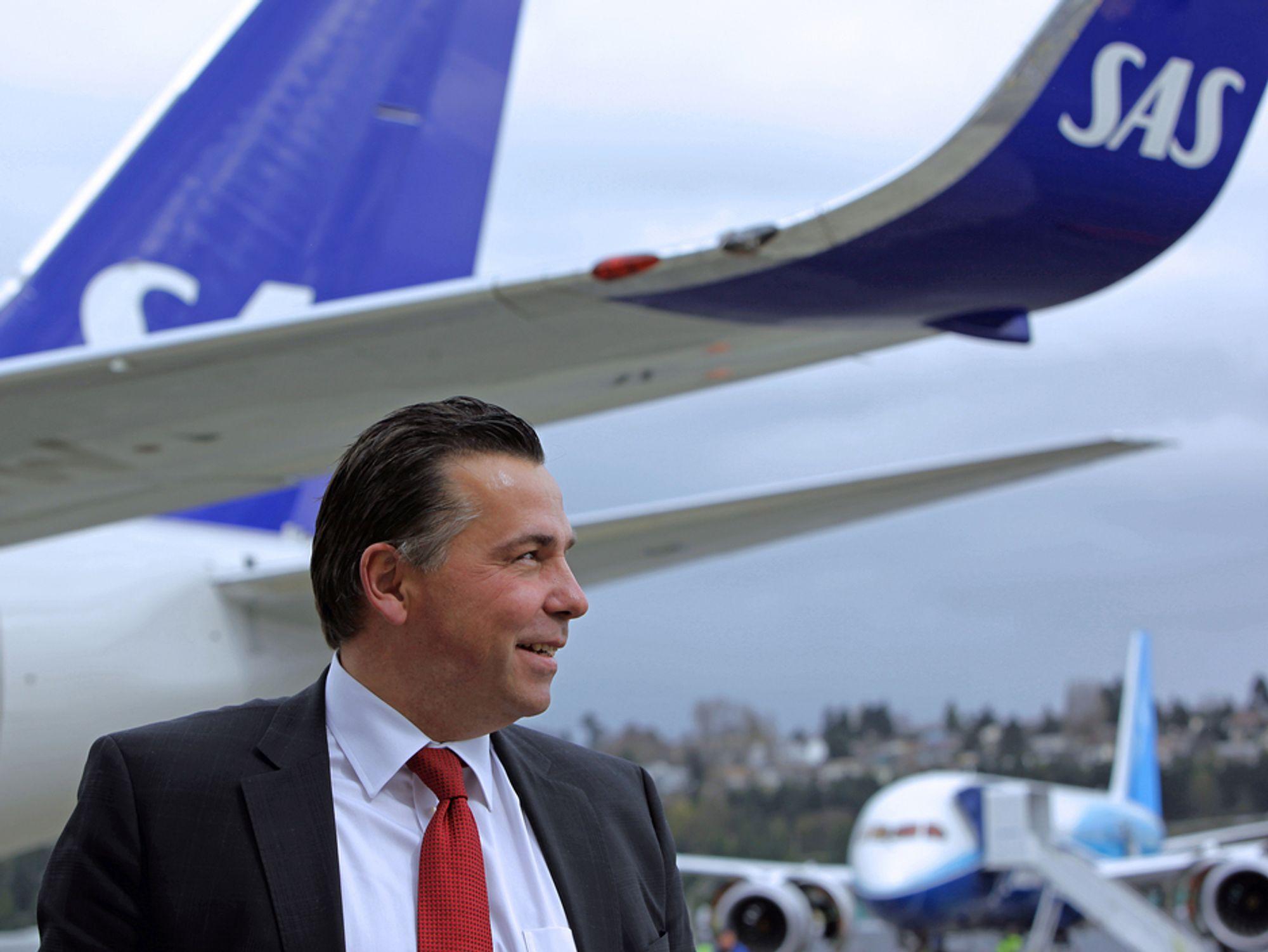 NYE FLY: Robin Kamark, som er kommersiell direktør i SAS, dro til Boeing-fabrikken ved Seattle for å hente et nytt 737-700 og ta en nærmere titt på B787 Dreamliner (i bakgrunnen).
