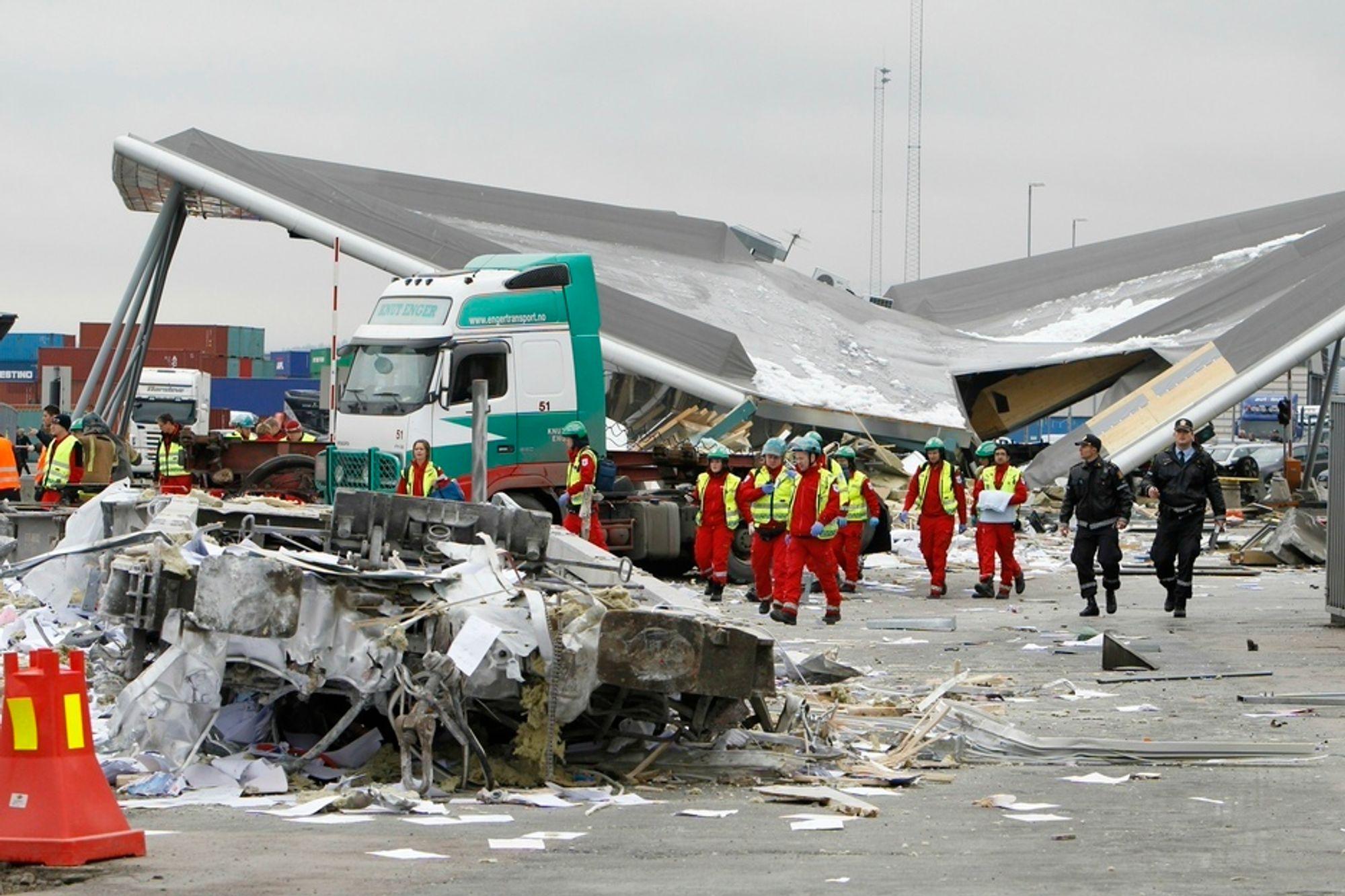 STYGT: En bygning raste sammen og tre personer mistet livet da flere godsvogner rullet ukontrollert hele veien fra Alnabru godsterminal til Sjursøya i Oslo 24. mars.