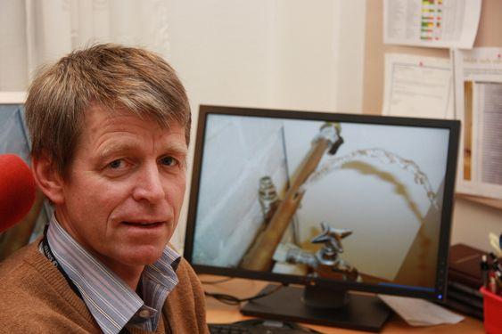 FROSTSKADER: Sintef-forsker Lars-Erik Fiskum advarer mot nok en vinter med store vannskader på grunn av sprukne rør, og råder folk til å holde varmen oppe i både hus og hytter.