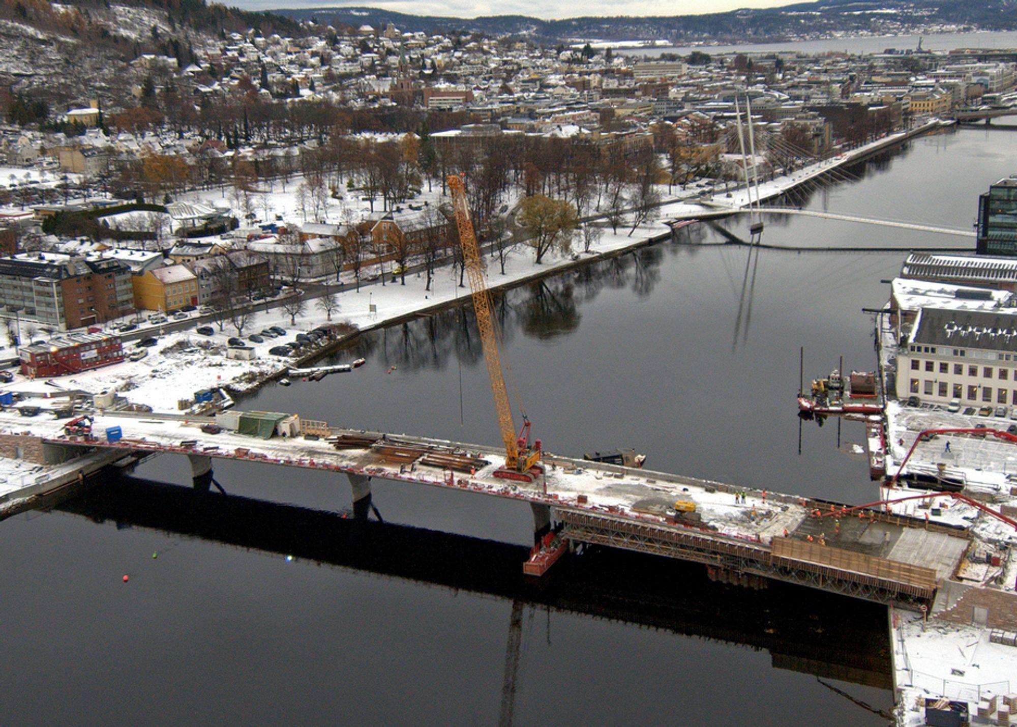 På dette bildet er Strøm Gundersens folk er i gang med siste støp over elva. Nå støpes kjørebanen over søndre landkar.