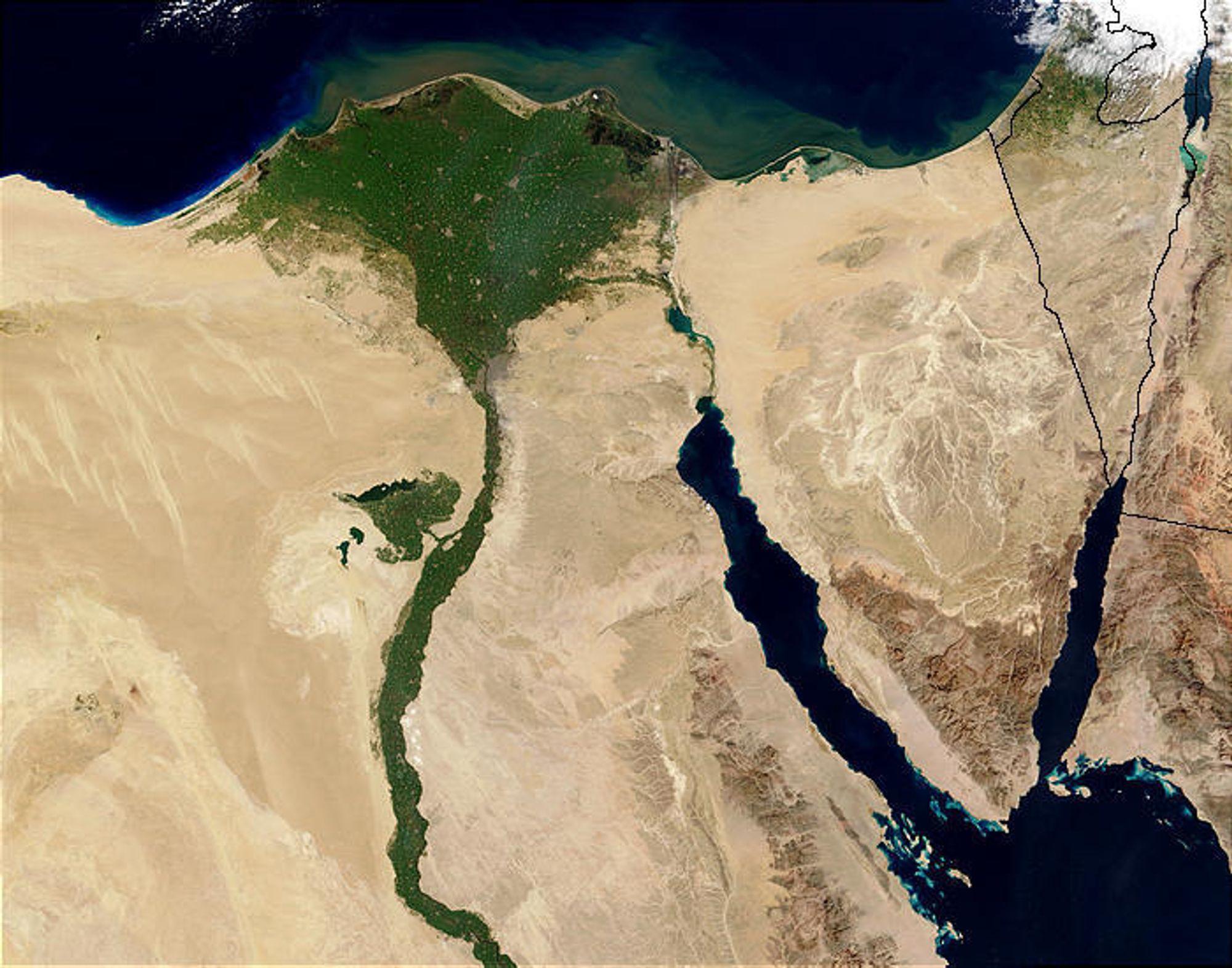 Egyptiske myndigheter har stengt alle vannrensingsanlegg etter at en lekter har lekket ut minst 100 tonn diesel i Nilen.