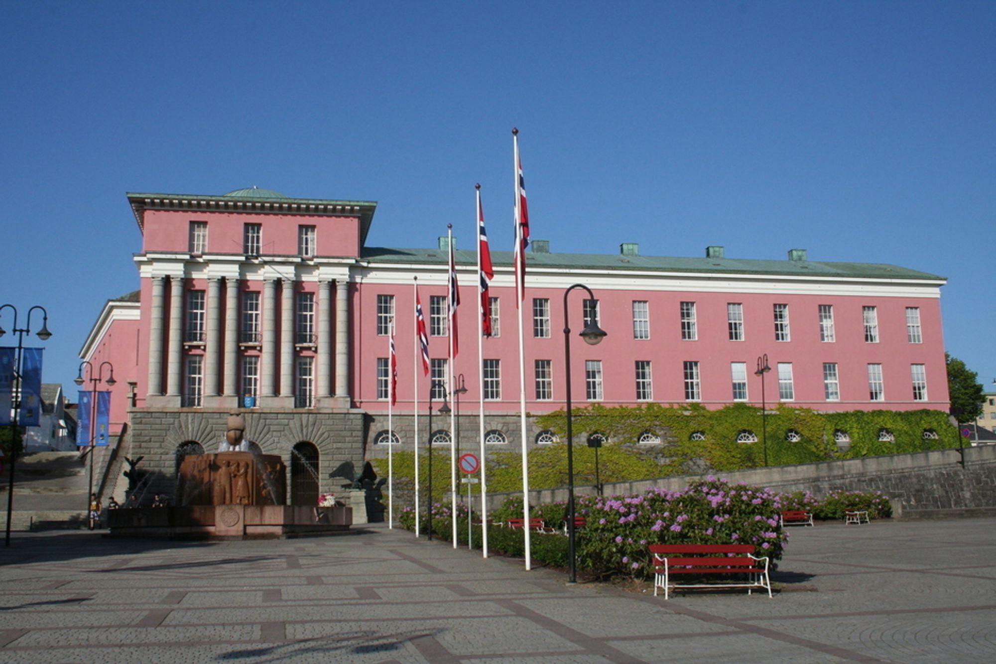 Haugesunds rosa rådhus ble den soleklare vinneren i en kåring av landets peneste rådhus.
