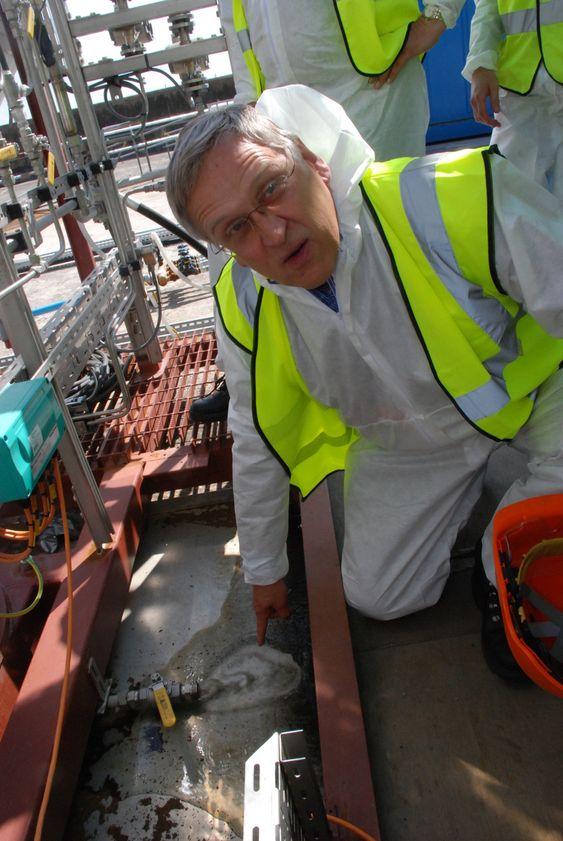 BEVIS: ¿ Dette er beviset på at fangstenheten renser utslippene. Det er flygeaske og svoveldioksid som fjernes, forklarer Aker Clean Carbons teknologisjef Oscar Fr. Graff.