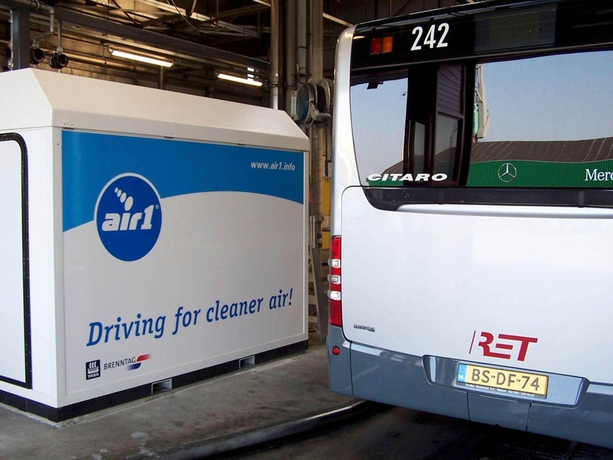 MINDRE NOx: YARA-produktet AIR1 bidrar til å minske NOx-utslippene fra for eksempel busser med opptil 90 prosent.