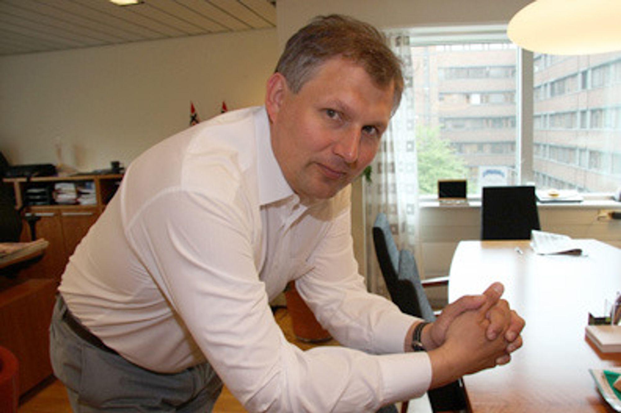 RIKTIG: Olje- og energiminister, Terje Riis-Johansen, er klar på at det er helt riktig at Enova støtter utskiftning av  panelovner.