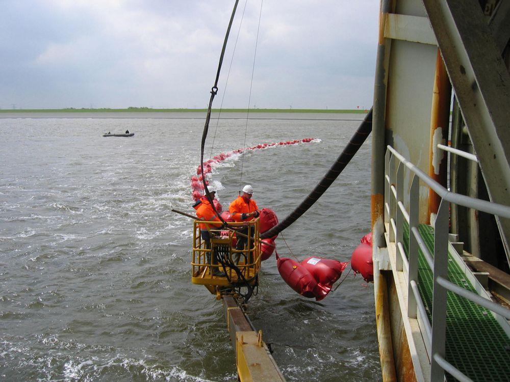 KABELLEGGING: Slik ser det ut når et kabelleggingsfartøy strekker sjøkabler mellom landene. Siste skudd på stammen blir Skagerak 4, når Norge har sagt ja.
