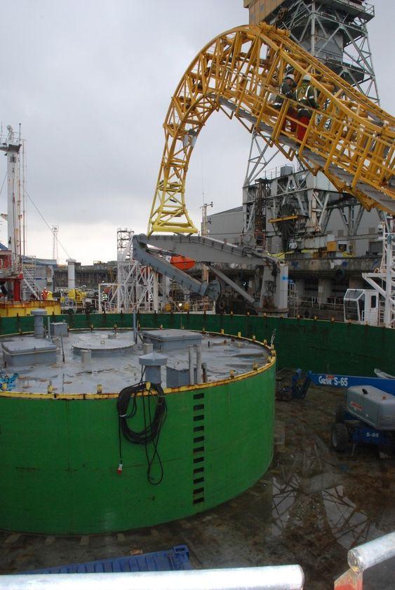 SVINGSKIVEN: Rundt den grønne sirkelen kveiles kabelen før frakt. Kabelen føres ned i svingskiven med den gule kabelbuen. Etter oppgraderingen kan Skagerrak frakte opp til 7000 tonn kabel.