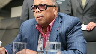 AKG med Quincy Jones-hodetelefoner