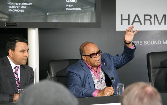 Quincy Jones sammen med Harman Kardons toppsjef Dinesh Paliwal (til venstre) på IFA-messa i Berlin.