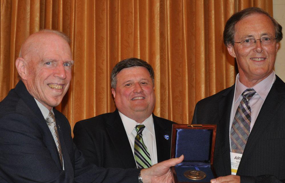 MEDALJE: Professor Arvid Næss ved NTNU (helt til høyre) fikk ASCE-prisen utdelt av professor Wilfred D. Iwan, President of the Engineering Mechanics Institute of ASCE (t.v) og  John Durrant, Senior Managing Director, ASCE.