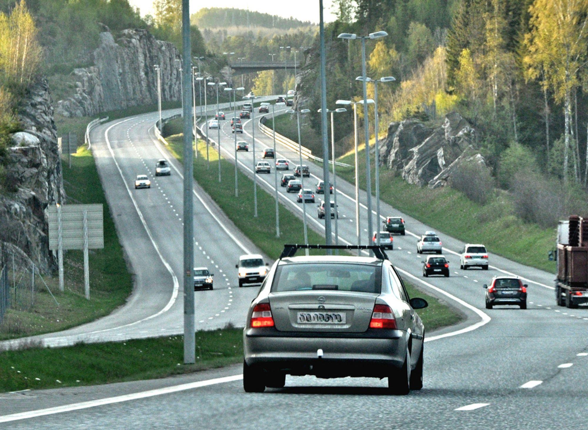 Her på E 6 mellom Vassum og Korsegården er det bare lysmastene som hindrer biler ute av kontroll fra å rase over midtdeleren. Innen 1. juli neste år skal rekkverket være på¨plass.