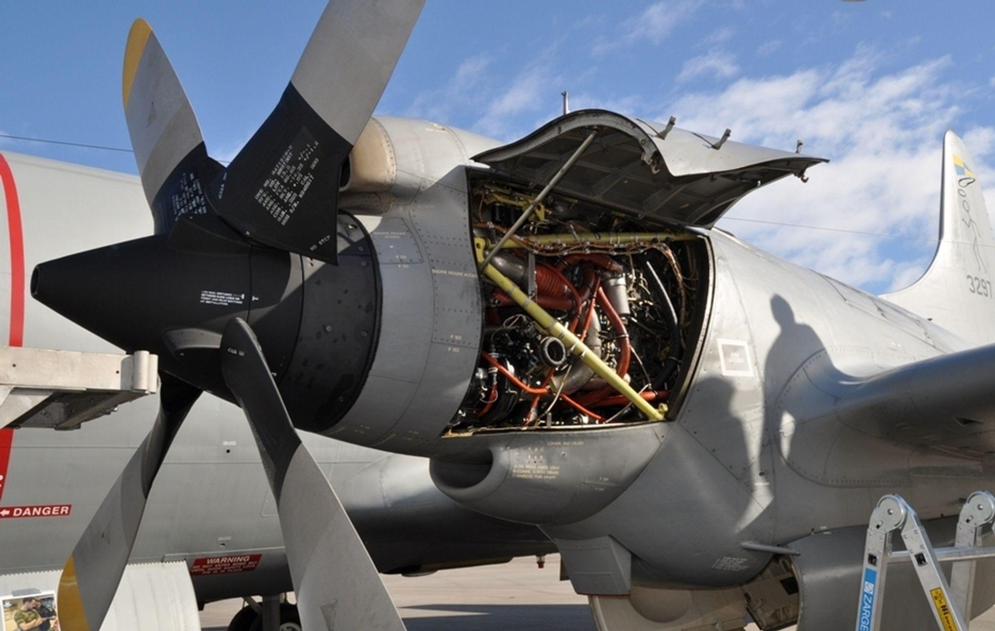 """PÅ BAKKEN: Høytflygende """"reguleringsteknikk"""". Dette er en av fire motorer på et Orionfly. Luftforsvaret begeistret ungdom på utdanningscamp med omvisning utenfor og inni flyet, som ble stående en dag lengre enn planlagt på grunn av uforutsette tekniske behov."""