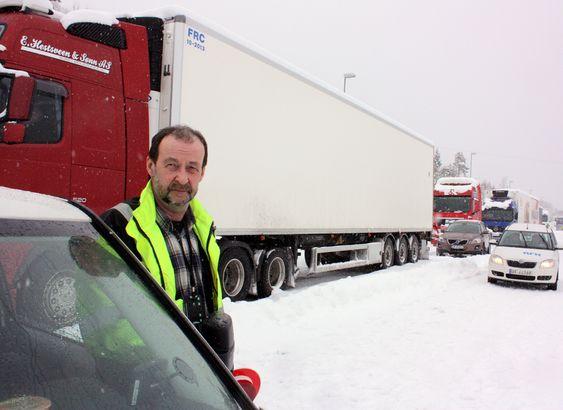 Hit, men ikke lenger. Et ras har gått over veien på Ørskogfjellet, og en nesten endeløs rekke med vogntog har samlet seg. Jan Rogne fra Nortrax har jobben med å passe sperringen.