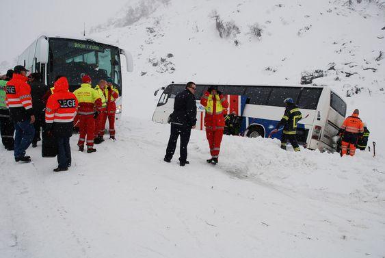 En buss ble rammet av trykkbølge fra snøskred på E39 i Våtedalen i Sogn og Fjordane tirsdag. Ingen ble skadd i ulykken.