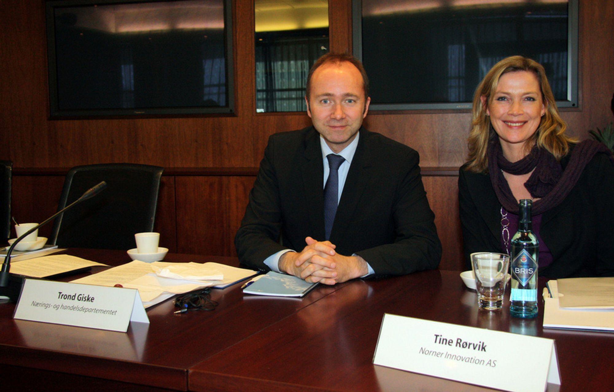 Tine Rørvik fikk æren av å sitte ved siden av næringsminister Trond Giske under det første 2020-møtet.