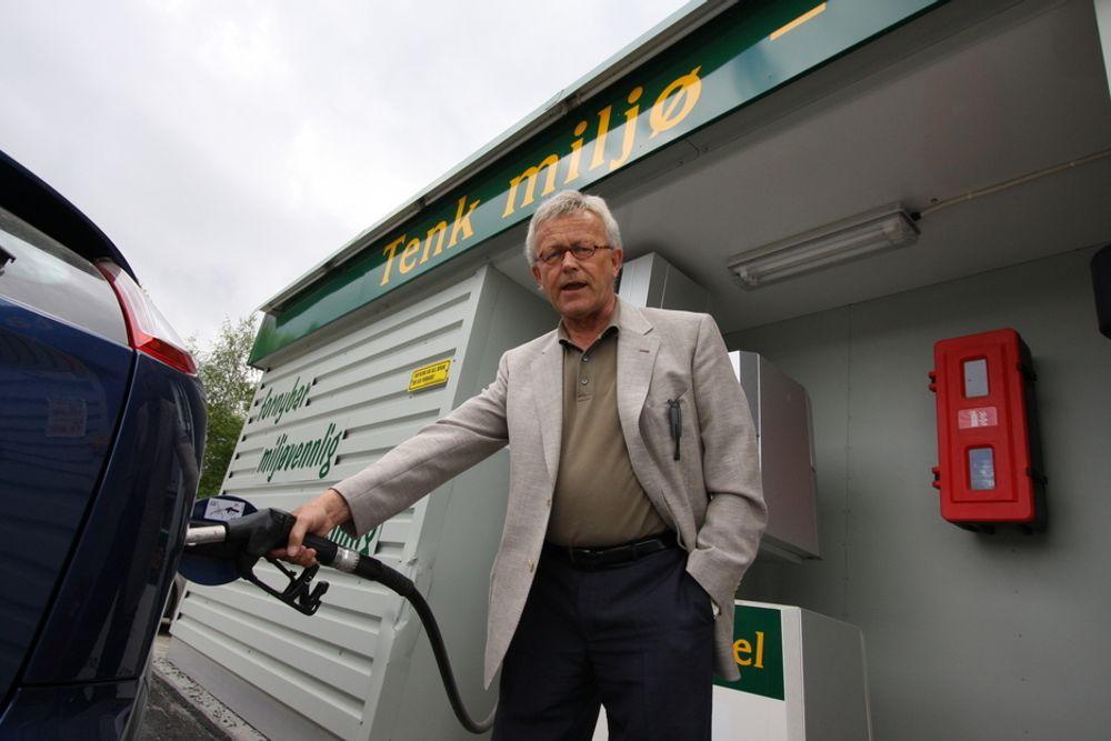 AVGIFTSFRITAK ER AVGJØRENDE: Administrerende direktør i Habiol og styreleder i Uniol, Terje Johansen, mener omsetningspåbudet for biodrivstoff ikke hjelper kriserammede Uniol. Her ved Habiols pumpe på Jevnaker.