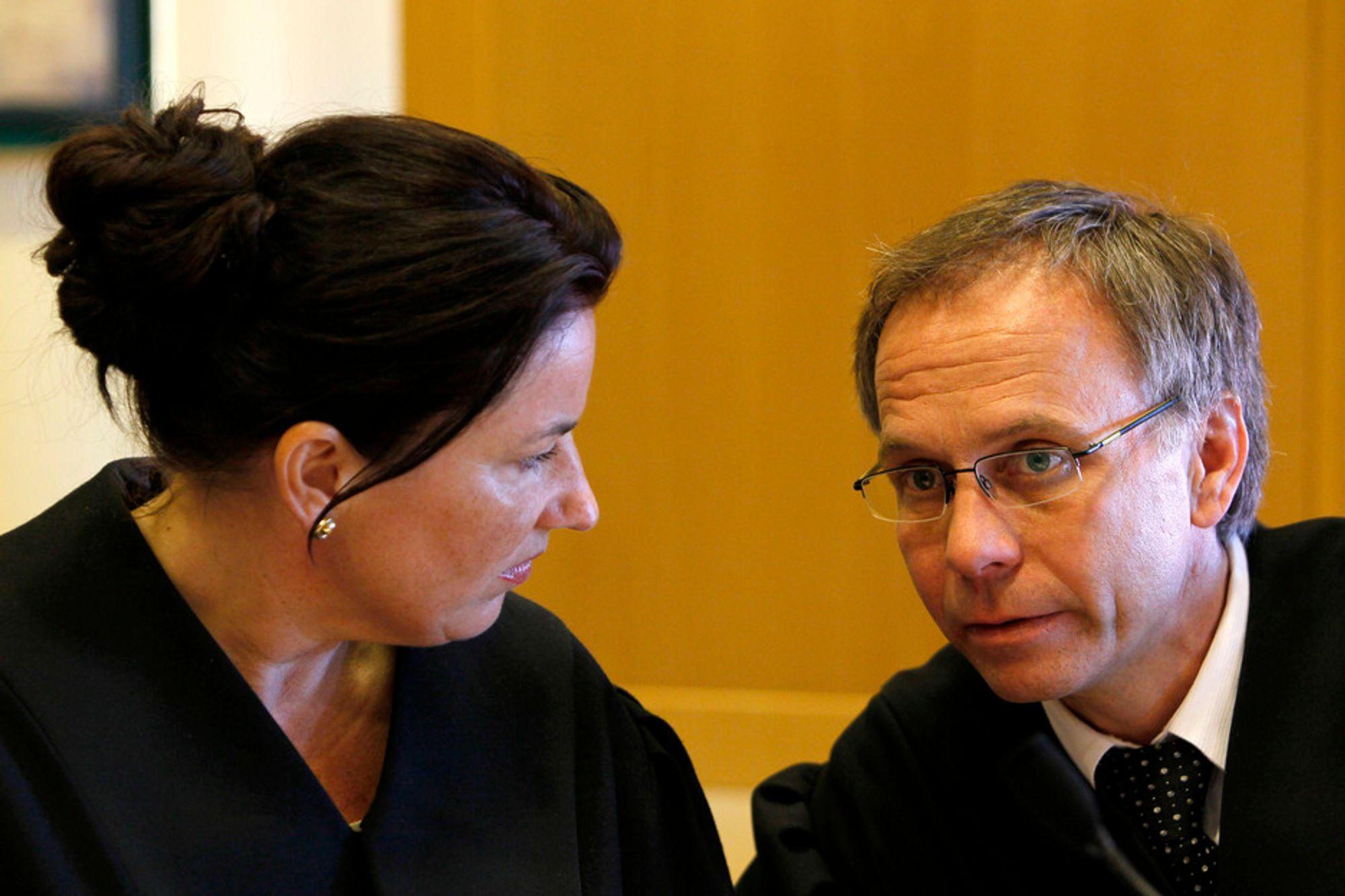 Aktorene Siri Karlsen og Petter Sødal i samtale under Full City-saken.