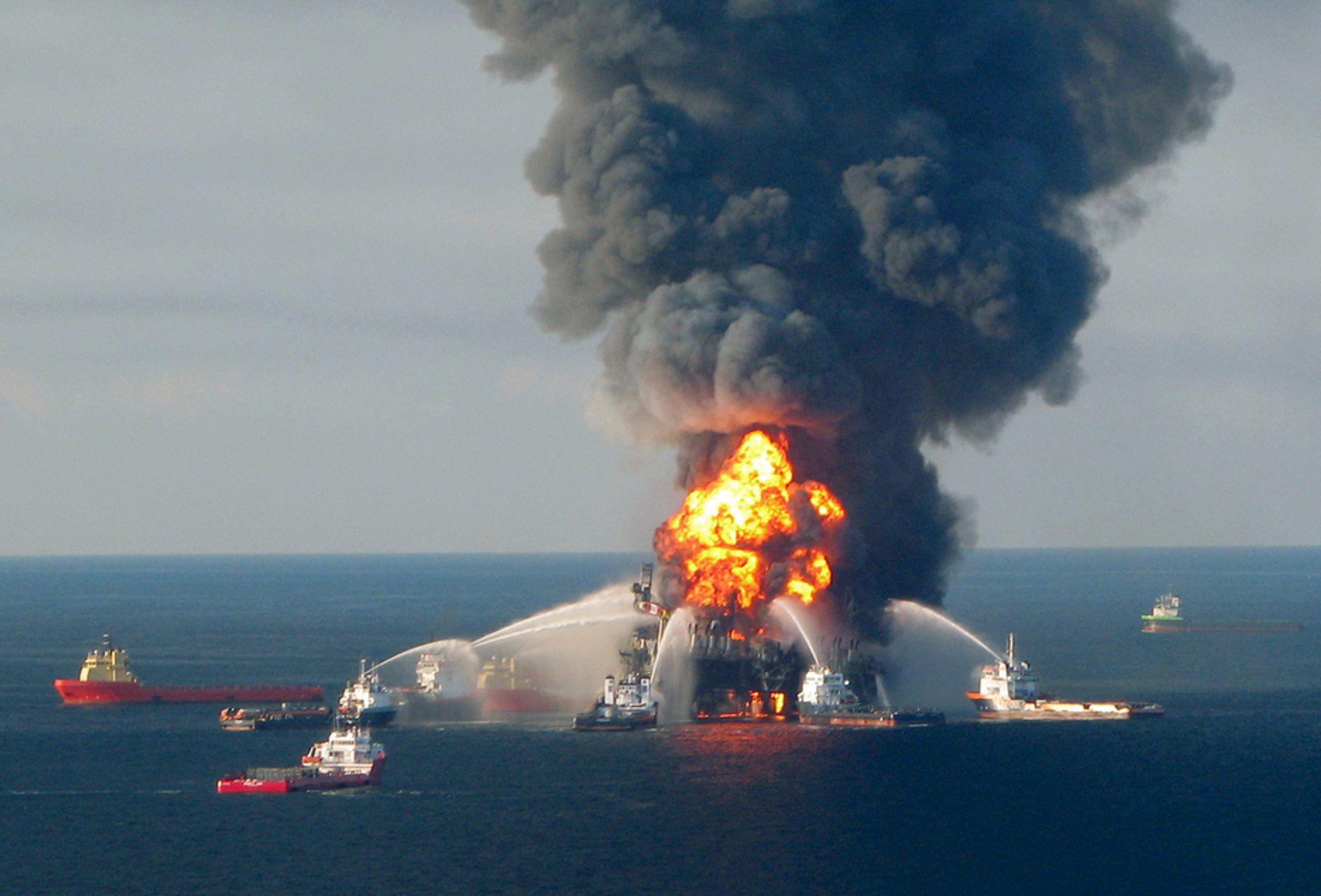 Brannmannskaper forsøkte lenge å slukke flammene på oljeriggen Deepwater Horizon i Mexicogolfen. Men brannen tok ikke slutt før plattformen sank. Det lekker fortsatt fra brønnen, og ingen vet når lekkasjen vil stoppes.