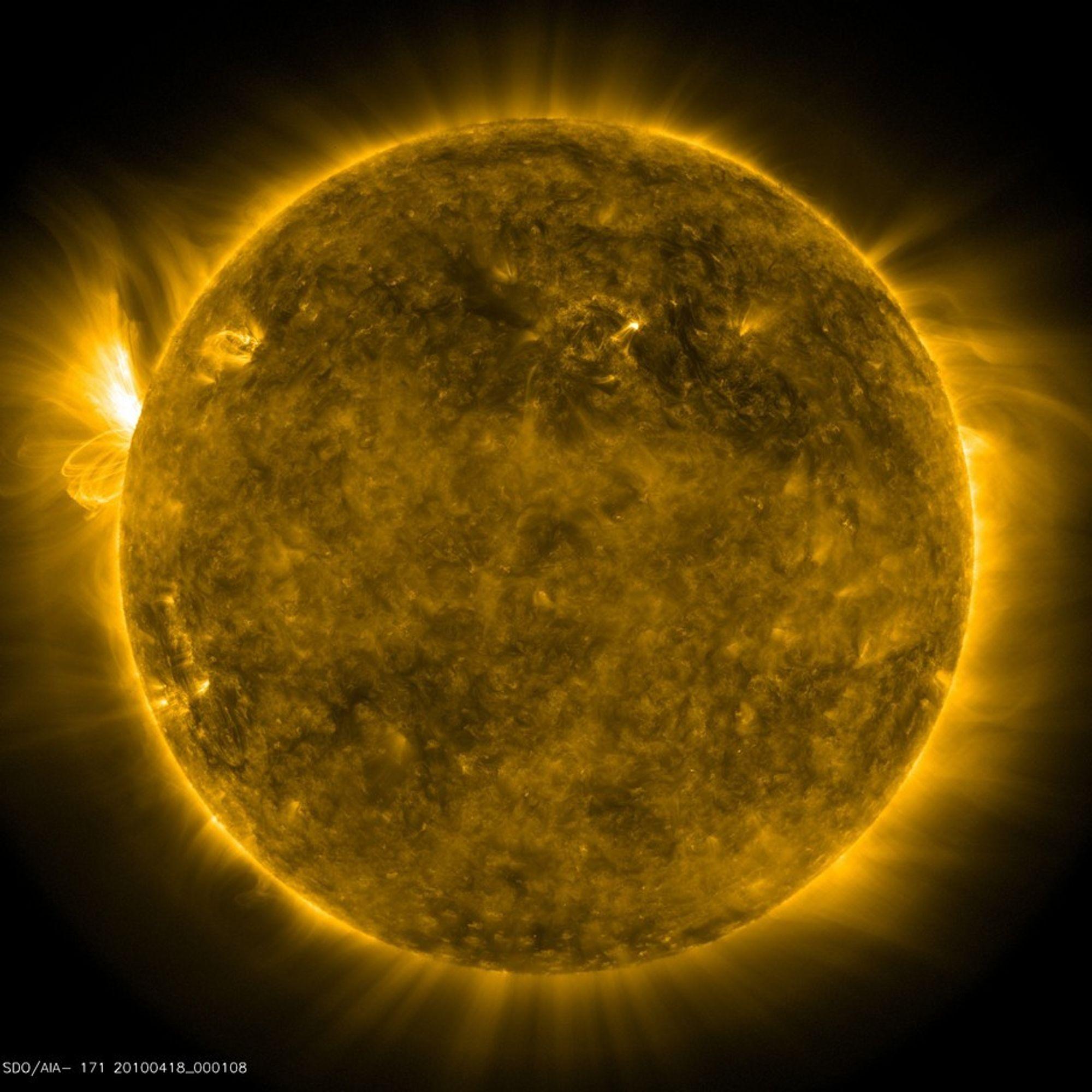 DETALJER: De nye bildene fra solforskningssatellitten SDO er svært detlajrike.