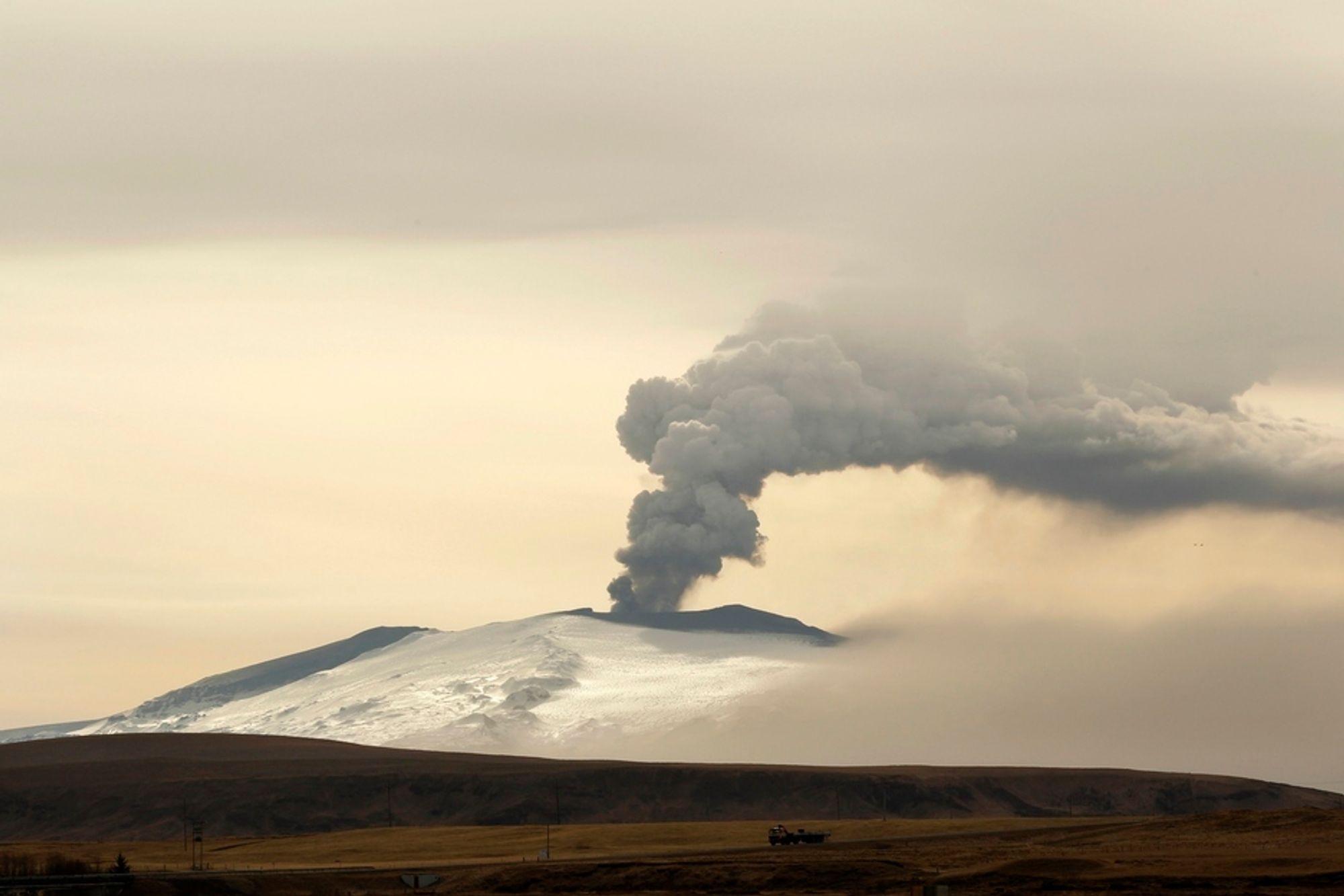 Asken etter vulkanutbruddet på Island (bildet) har igjen lagt seg over vestkysten av Norge og fører til nye problemer i flytrafikken torsdag morgen.
