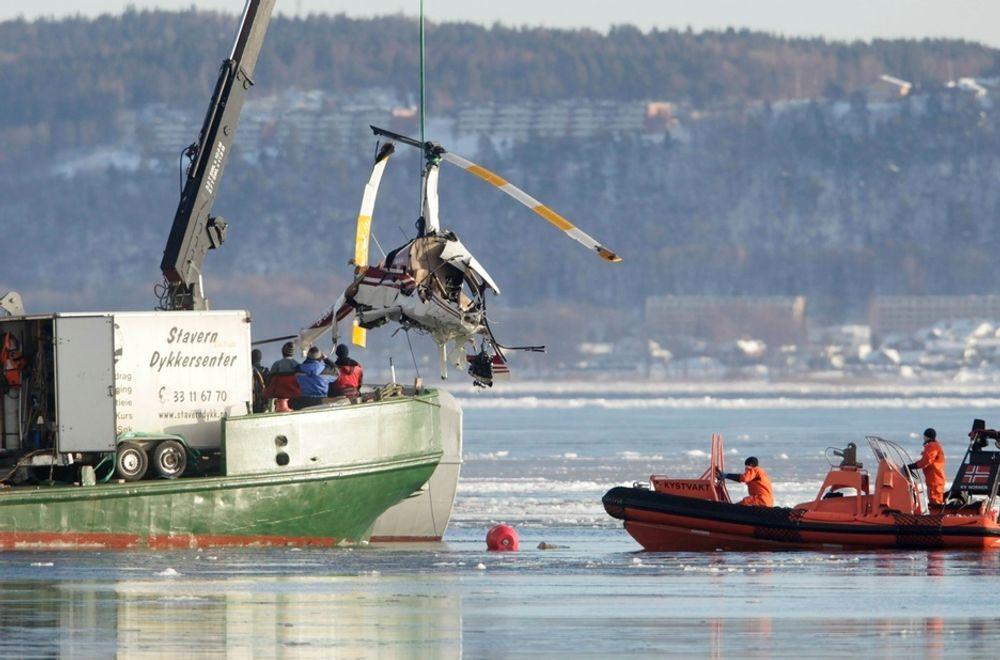 Helikoptervraket blir hentet opp fra havnebassenget i Horten.