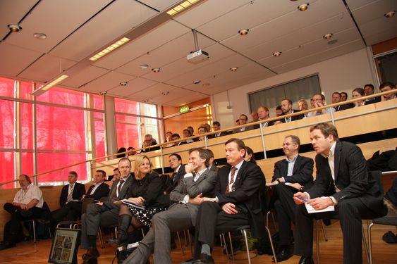 INTELLIGENTSIA: Mye kunnskap på en plass. 15 professorer, sponsorer og andre betydningsfulle personer i maritim bransje bygger nettverk i Global Maritime Knowledge Hub. I første rekke fra venstre: Sturla Henriksen (Rederiforbindet), Rikke Lind (statssekretær, NHD), Tore Ulstein (Ulsteinkonsernet) og Jan Fredrik Meling (Eidesvik).
