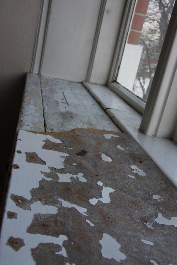 SYNLIG: Forfallet er ikke bare i skjulte loftsrom. Dette vinduet er i enden av hovedgangen gjennom første etasje i Ur-bygningen på UMB.