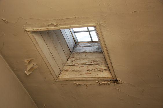 FUKT OG RÅTE: Fra innsiden ser taket i Ur-bygningen slik ut. Malingen faller av, råteskadene er synlige. Allerede i 2002 fastslo Statsbygg at det var råteskader i takkonstruksjonene på flere av byggene.