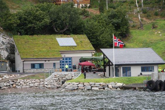 NYTT FORSAMLINGSHUS: Måren kraftverk sett fra sjøen. Foran står det nye forsamlingshuset som grenda har fått av BKK.