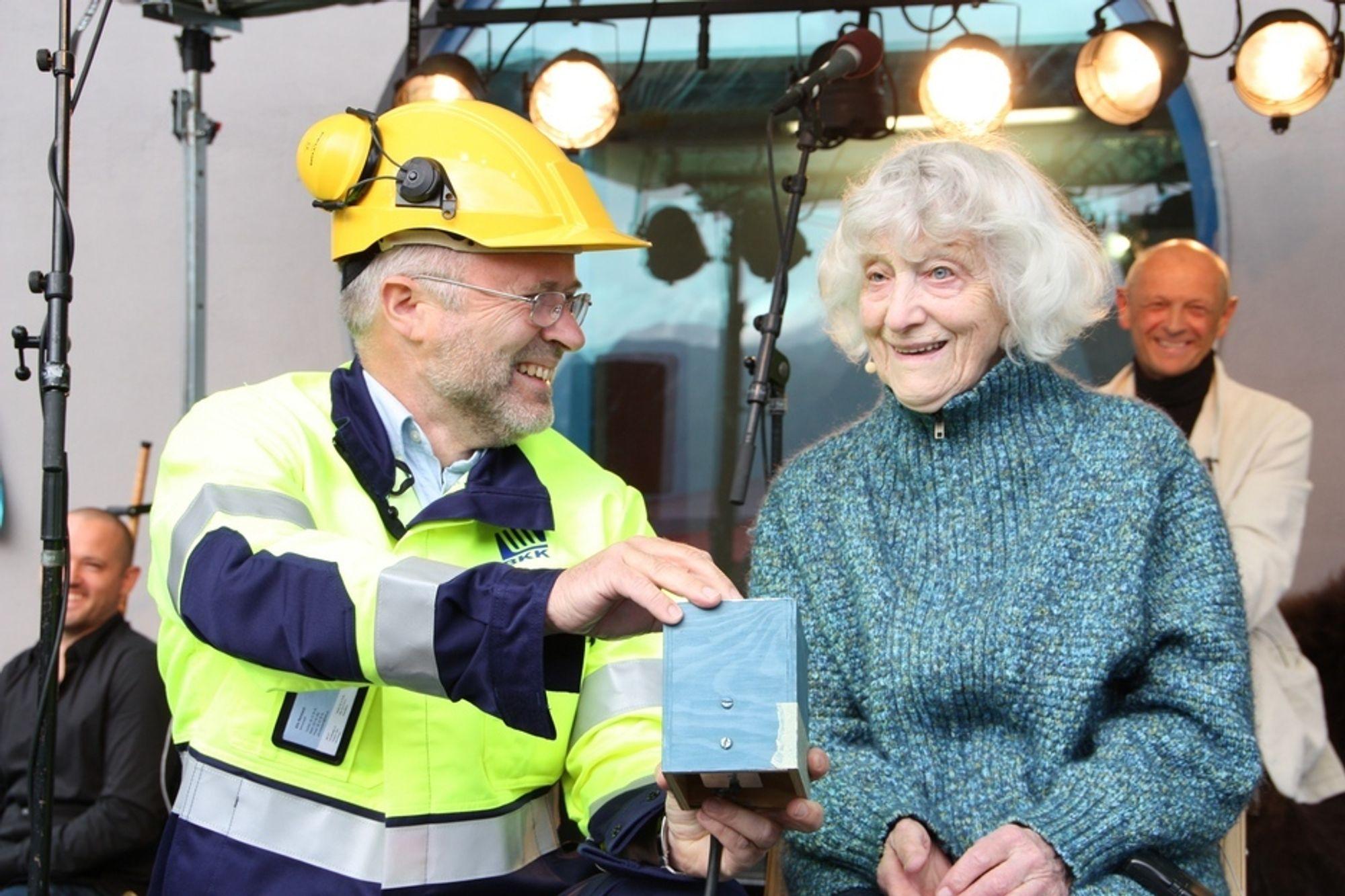 ÅPNING: Elsa Runnestø fikk hjelp av konsernsjef Atle Neteland i BKK til å trykke på startknappen for Måren kraftverk.